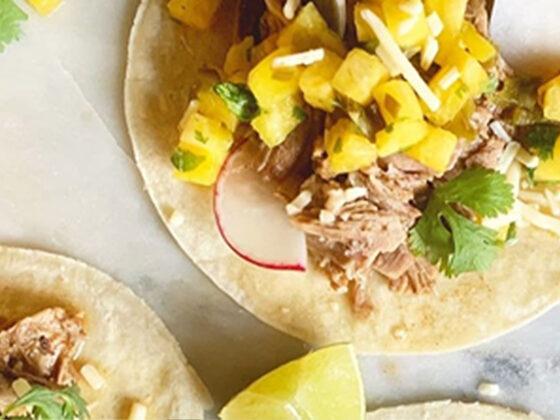 Tacos de porc Mojo avec salsa à l'ananas et aux piments marinés