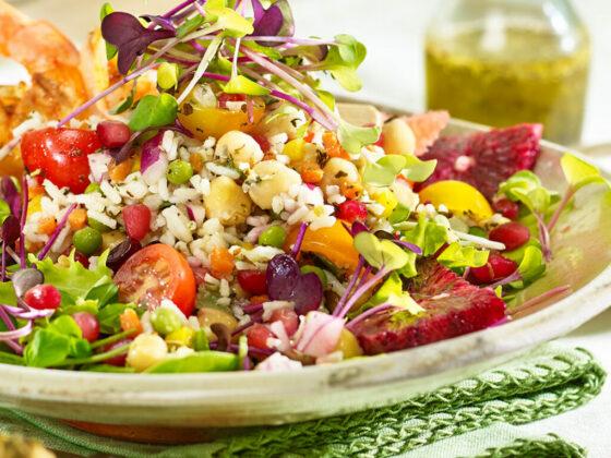 Riz aromatisé aux herbes et à l'ail avec salade et légumes